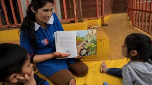 Une enseignante lit un livre a des enfants d'origine mapuche. Ils représentent 10% de la population chilienne (image d'illustration).