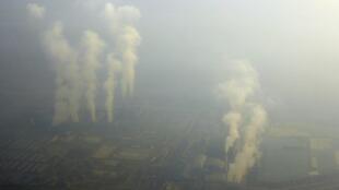 Vue aérienne de Pékin sous un épais brouillard, en alerte rouge du pic de pollution, le 19 décembre 2015.