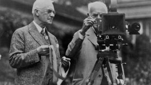 George Eastman, fundador de la Eastman Kodak Company e inventor del rollo de película que sustituyó a la placa de cristal. Con ello consiguió poner la fotografía al alcance del gran público (en la foto junto a Thomas Edison).