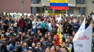 Les gens manifestent lors d'une grève nationale appelée par des étudiants, des syndicats et des groupes autochtones pour protester contre le président du gouvernement colombien Ivan Duque à Bogota le 21 novembre 2019.