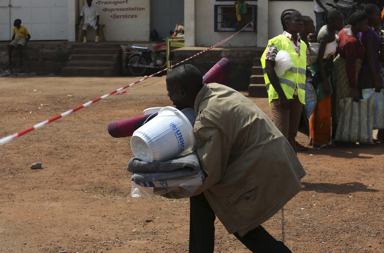 Un homme recevant de l'aide humanitaire à l'aéroport de Bangui, le 8 janvier 2014.