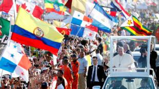 Le pape François arrive pour célébrer une messe à Panama City, lors des Journées mondiales de la jeunesse, le 27 janvier 2019.