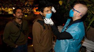 Devant certains bars de la capitale mexicaine, du personnel soignant s'assure de la bonne santé des clients, le 25 avril 2009.