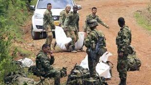 Soldados transportan el cuerpo de un camarada muerto tras el ataque de las FARC, en La Esperanza, el 15 de abril de 2015.