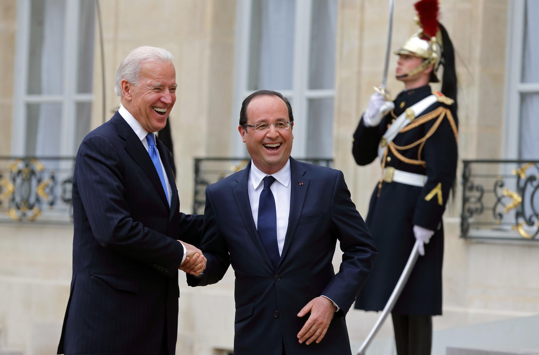 Tổng thống Pháp Francois Hollande (phải) bắt tay phó tổng thống Mỹ Joe Biden tại điện Elysée, Paris, 04/02/2013.
