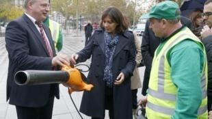 Thị trưởng Paris bà Anne Hidalgo (giữa) đại diện công ty làm sạch  Patrick Geoffray (trái) giới thiệu thiết bị gom rác mới ngày 15/10/2014.