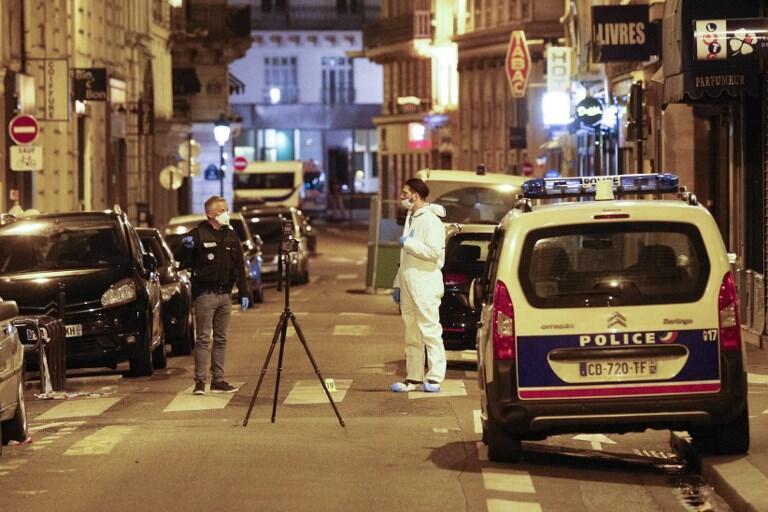 Polícia de investigação no bairro da Ópera de Paris, palco de atentado terrorista, a 12 de maio 2018.
