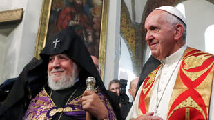 По приезде в Армению Папа Франциск отправился в Первопрестольный Эчмиадзин. На пути понтифика приветствовали верующие.
