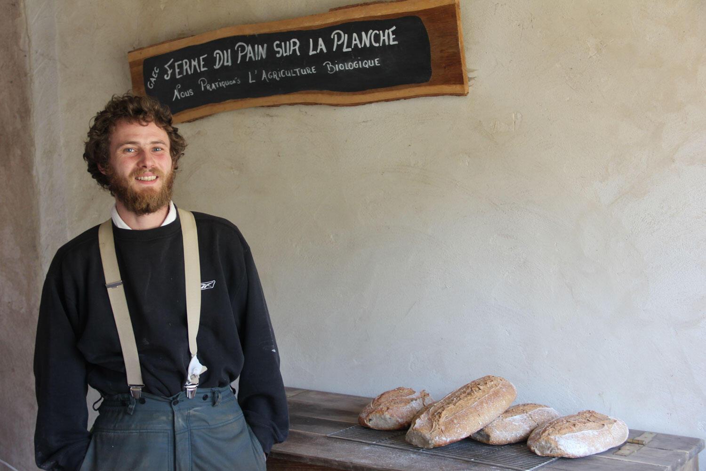 Anthony Dubois, un des paysans boulangers jurassiens pose devant ses réalisations.