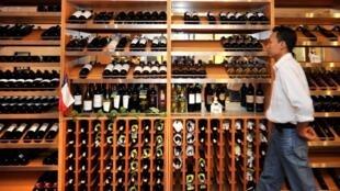 Un client dans un magasin de Djakarta qui propose différentes variétés de vin.