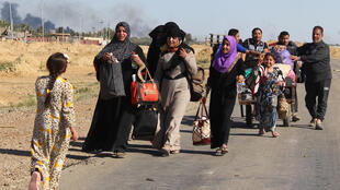 Iraqis from the town of Heet in Iraq's Anbar province, are evacuated by government forces on 4 April, 2016.