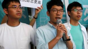 圖為黃之鋒羅冠聰與周永康在香港東區法庭外