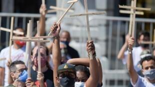 Des Brésiliens manifestent à São Paulo contre la mauvaise gestion du Covid-19 par le gouvernement de Bolsonaro, à Belo Horizonte, le 7 août 2020.