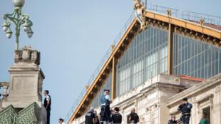 Polícia vigia entrada da estação de trem em Marselha depois do ataque de domingo
