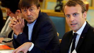 Nicolas Hulot (esq.), ministro da Transição Ecológica do governo de Emmanuel Macron (dir.), deixa Palácio do Eliseu após discussões sobre o clima, em 5 de setembro de 2017.