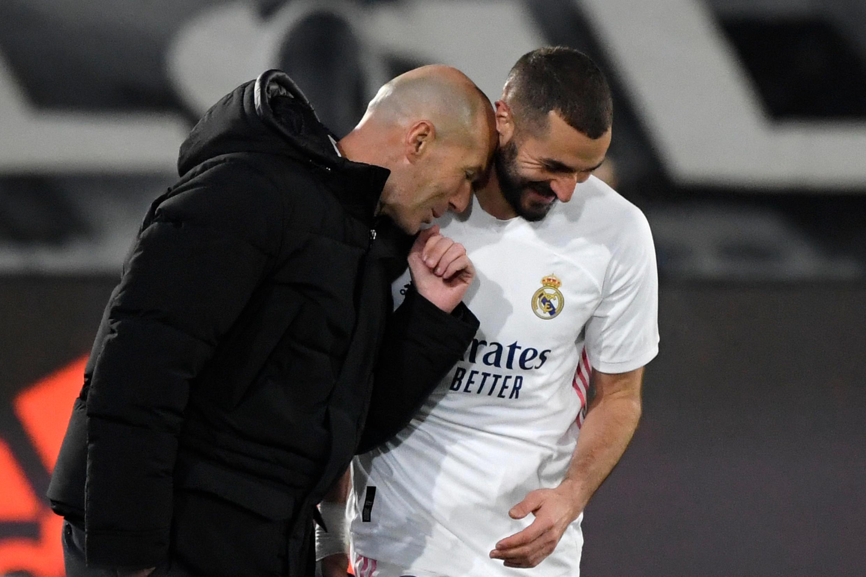 L'entraîneur du Real Madrid Zinédine Zidane félicite l'attaquant Karim Benzema après un but contre l'Athletic Bilbao, le 15 décembre 2020 au stade Alfredo Di Stefano