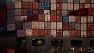 Le déficit commercial américain s'est accentué sous l'effet d'importations record surtout en provenance de Chine et de l'Union européenne. Ici, des porte-containers chinois dans le port d'Oakland en Californie (illustration).