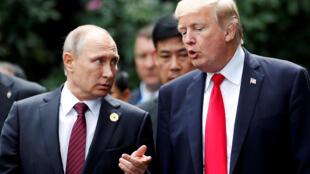 O presidente dos EUA, Donald Trump, e o presidente Vladimir Putin, da Rússia. Foto do 11/11/17 durante a Cúpula da APEC em Danang, no Vietnã.