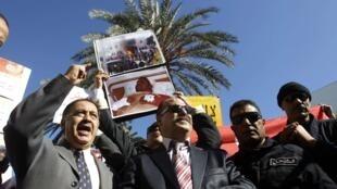 Les policiers tunisiens ont manifesté, jeudi 1er novembre, devant le ministère de l'Intérieur à Tunis.