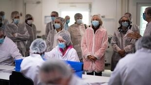 La présidente de la région Île-de-France Valérie Pécresse assiste à l'emballage de tests sérologiques pour le Covid-19 dans un laboratoire de lsociété AAZ à Villiers-le-Bel, près de Paris, le 15 mai 2020.