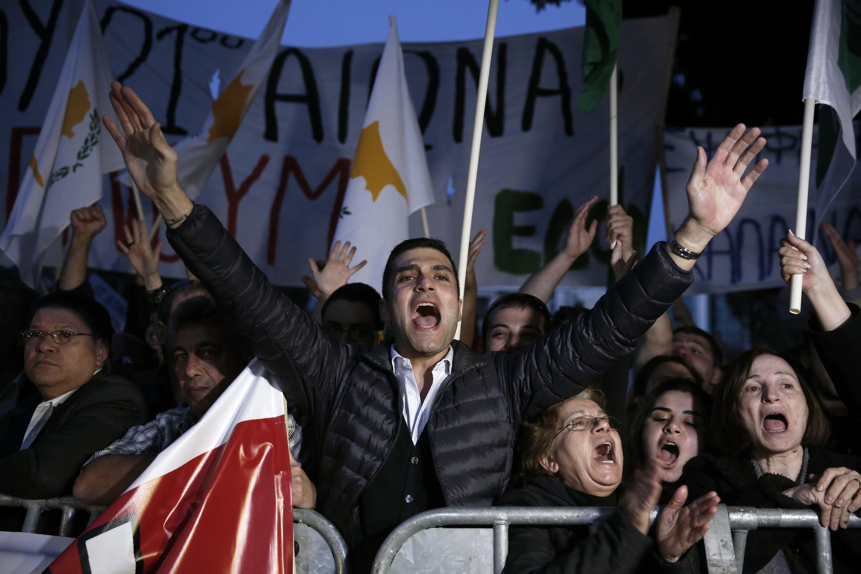 Des manifestants devant le Parlement chypriote, qui a rejeté le plan de sauvegarde proposé par l'Union européenne, mardi 19 mars.