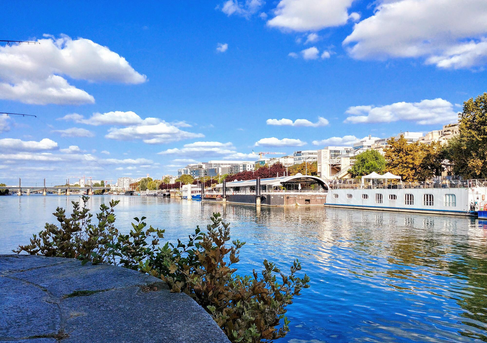 Công viên Bécon có nhiều bãi cỏ để tắm nắng, dọc những lối đi dành cho người chạy bộ, đi xe đạp tới bờ sông Seine