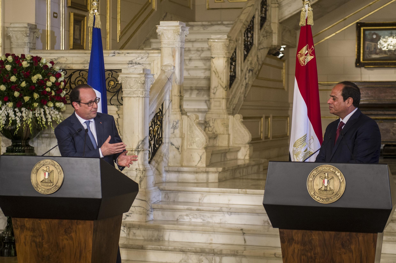 Tổng thống Pháp  Hollande (T) và tổng thống Ai Cập al-Sissi họp báo tại dinh al-Quba, Cairo, ngày 17/04/2016