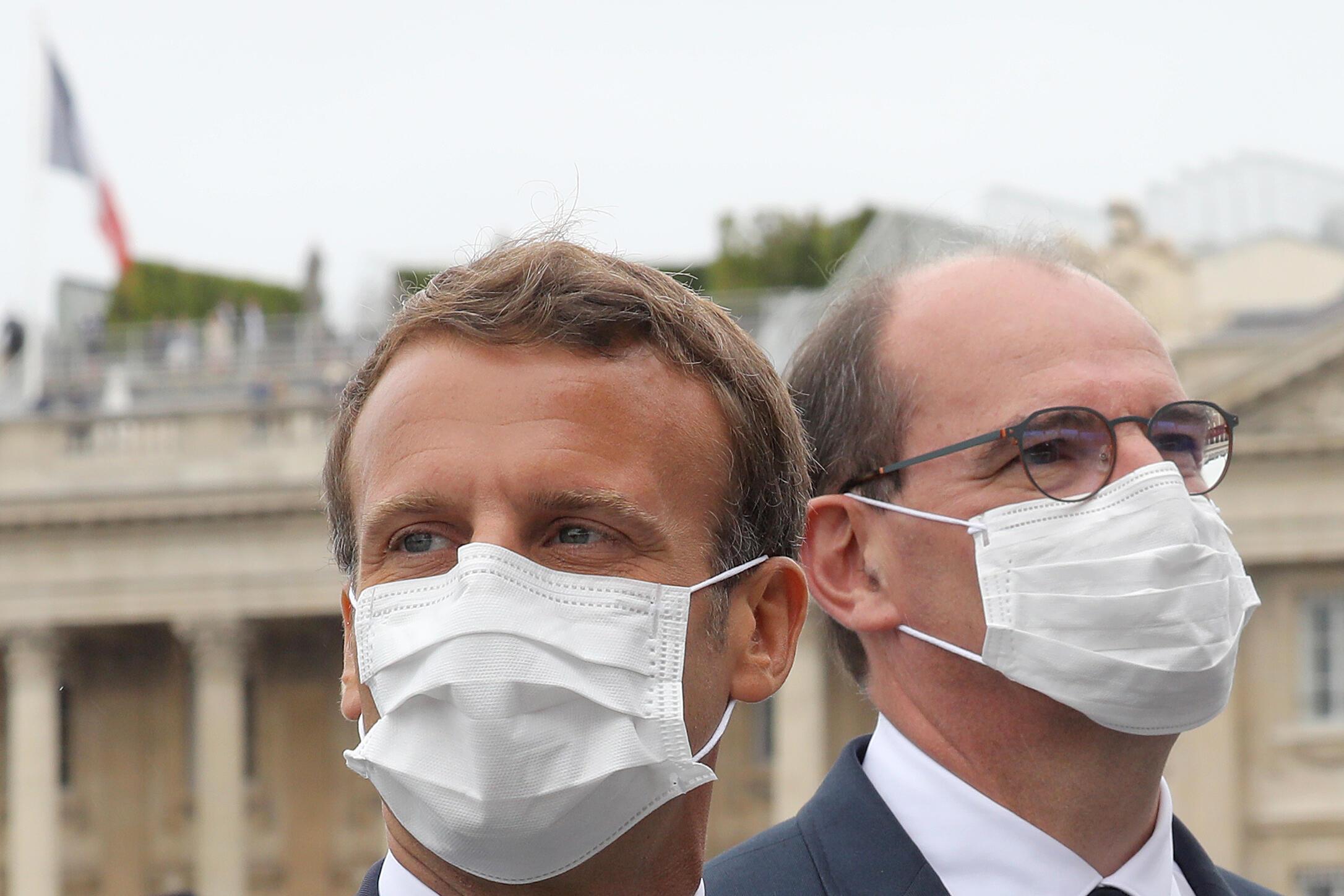 El presidente de Francia, Emmanuel Macron (c), y el primer ministro, Jean Castex, en el desfile militar del Día de la Bastilla el 14 de julio de 2020 en París