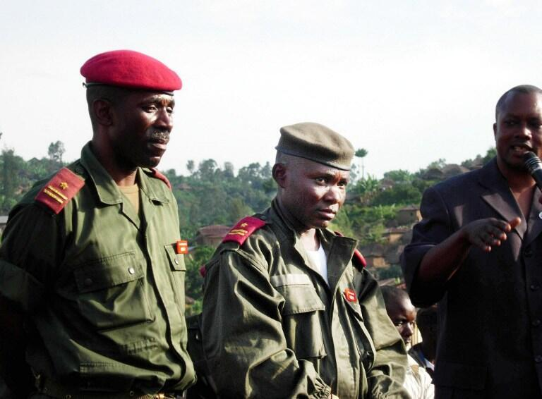 Le général Gabriel Amisi (C), ici en 2004, a été suspendu de ses fonctions de chef de l'état-major de l'armée de terre.