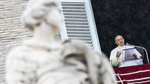 El papa Francisco habla a los files desde la ventana del palacio apostólico con vistas a la plaza de San Pedro durante la oración dominical del Ángelus, el 11 de octubre de 2020 en el Vaticano