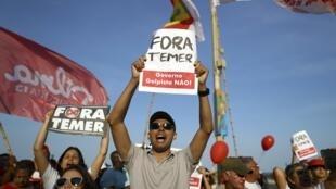 Des manifestants pro-Dilma Rousseff ont défilé le jour de la cérémonie d'ouverture des JO à Rio de Janeiro, le 5 août 2016.