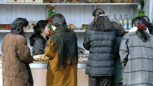 Le fait que ce sont souvent les femmes qui font désormais bouillir la marmite est en train de transformer la société nord-coréenne, traditionnellement très paternaliste. Photo : Sur un marché de Pyongyang.