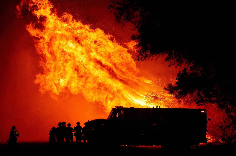 """Bomberos vigilan la progresión del fuego en Butte County, Oroville, corroído por el llamado """"Bear Fire""""."""