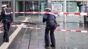 پلیس محل برخورد خودرو را در شهر بوتروپ بررسی میکند