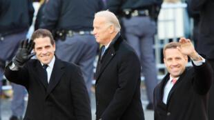 Joe Biden (C) cuando era vicepresidente y sus hijos, Hunter Biden (I) y Beau, en la toma de poder del gobierno de Barack Obama, el 20 de enero de 2009, en Washington, DC