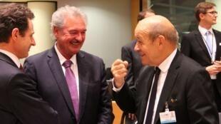 """""""جان اسيلبورن"""" (نفر وسط) وزیر امور خارجه لوکزامبورگ و """"ژانایو لودریان"""" (نفر سمت راست) وزیر امور خارجه فرانسه، در نشست وزرای امور خارجه کشورهای عضو اتحادیه اروپا در بروکسل. دوشنبه ٢٨ آبان/ ١۹ نوامبر ٢٠۱٨."""