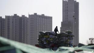 Theo các chuyên gia, kinh tế Trung Quốc thực ra u ám hơn nhiều so với những con số thống kê đẹp đẽ. Ảnh minh họa: Những tòa nhà đang được xây dựng ở ngoại ô Bắc Kinh.