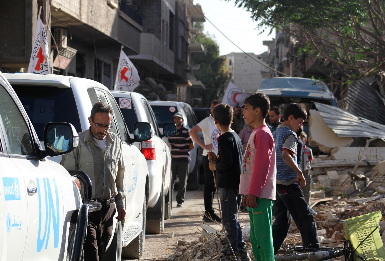 Pela primeira vez em quatro anos de cerco de guerra, moradores de Daraya recebem alimentos.