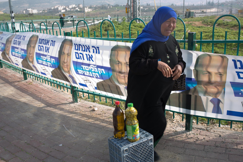Palestina vende azeite diante de cartazes de campanha de Benjamin Netanyahu na Cisjordânia