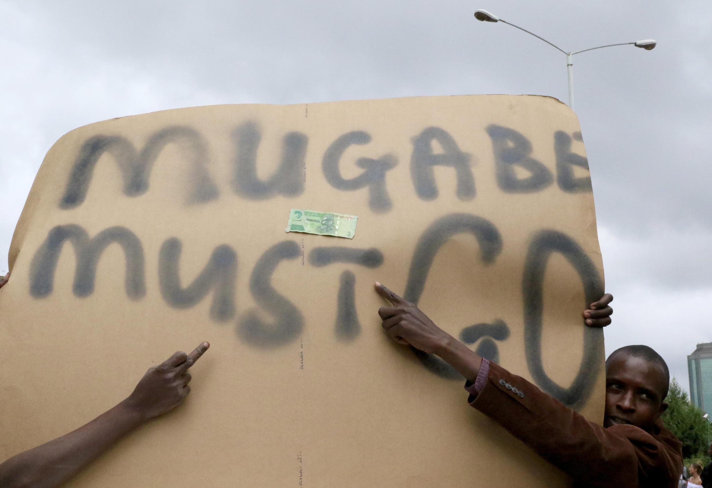 مخالفان مگابه در خیابانهای کشور خواستار کناره گیری او هستند
