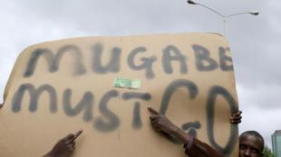 Manifestantes pedem saída de Mugabe em protesto ocorrido em Harare no último sábado (18).