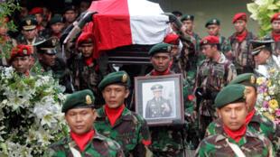 L'ancien président indonésien, Suharto, est accompagné dans sa dernière demeure avec tous les honneurs réservés aux héros. Jakarta, le 28 janvier 2008.