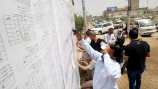 一名正在查看投票信息的伊拉克公民资料图片