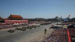 Jeshi la watu wa Ukombozi limefanya gwaride katika mji wa Beijing kwa kuadhimisha mwisho wa Vita kuu vya pili vya dunia, miaka 70 baada ya kushindwa kwa Japan, Septemba 3, 2015 kweny barabara ya Tiananmen.