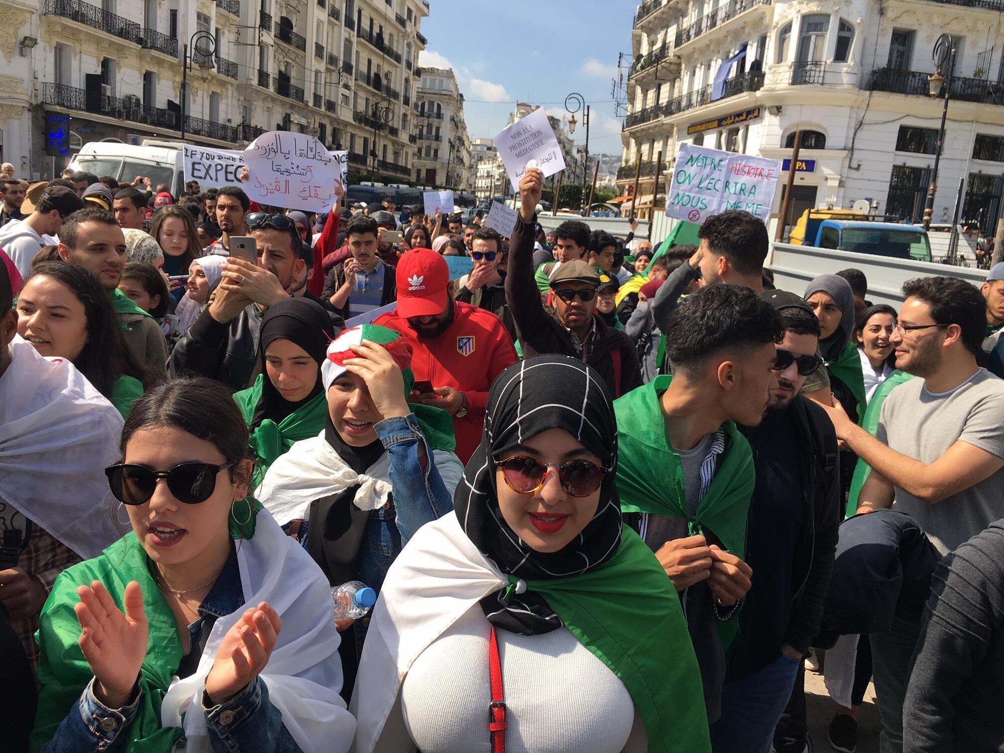 Estudantes voltam às ruas de Argel para pedir saída de Bouteflika.