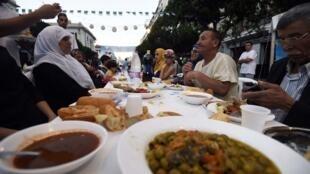 L'iftar (rupture du jeûne) est ce moment du début de soirée, au coucher du soleil, lorsque les familles musulmanes se rassemblent pour manger (photo d'illustration).