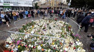 Жители Турку приносят на место нападения цветы и свечи.