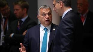 Thủ tướng Hungary Viktor Orban (T) và đồng nhiệm Croatia Andrej Plenkovic, tại thượng đỉnh châu Âu, Bruxelles, ngày 28/05/2019
