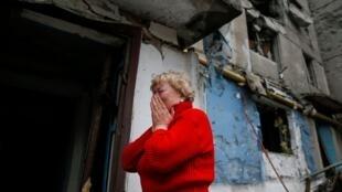 Женщина возле разрушенного дома в Енакиево, рядом с Донецком, 2 февраля 2015.