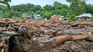 La ciudad de Adonara, en el este de Indonesia, destrozada por las inundaciones debido a lluvias torrenciales, el 4 de abril de 2021